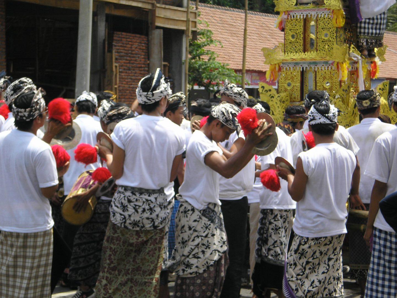 Cymbales et tambours dans la cérémonie funéraire Bali