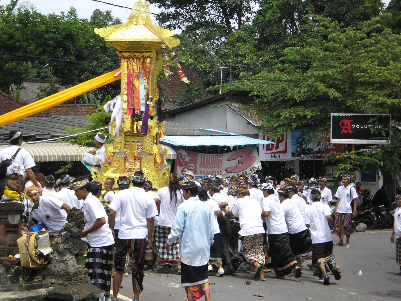 Foule autour du char funéraire Bali