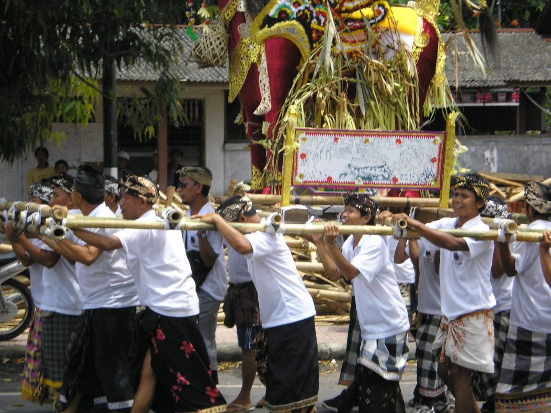 Hommes qui portent le cercueil Bali