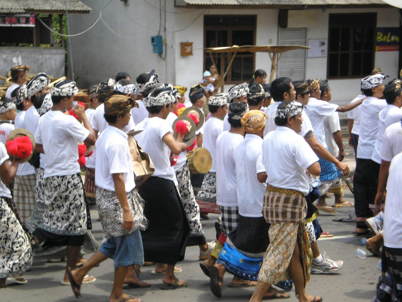 Musiciens derrière cercueil Bali