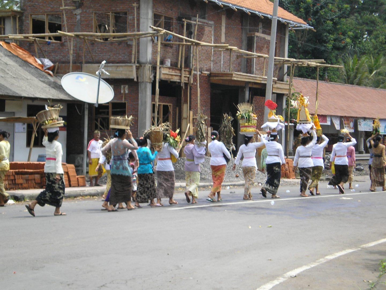 Procession femmes pour crémation Bali