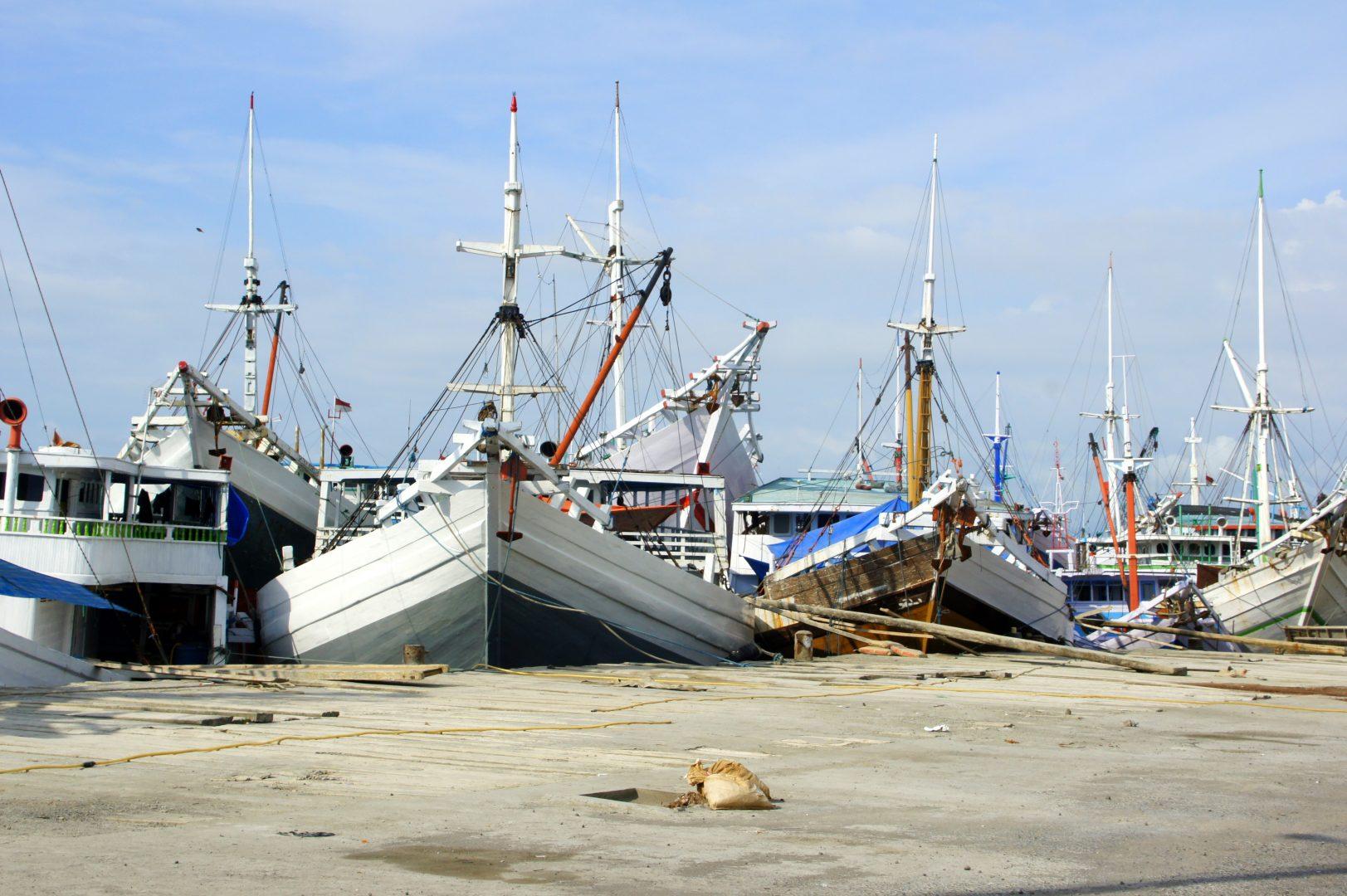 Alignement de phinisi dans port Makassar Sulawesi