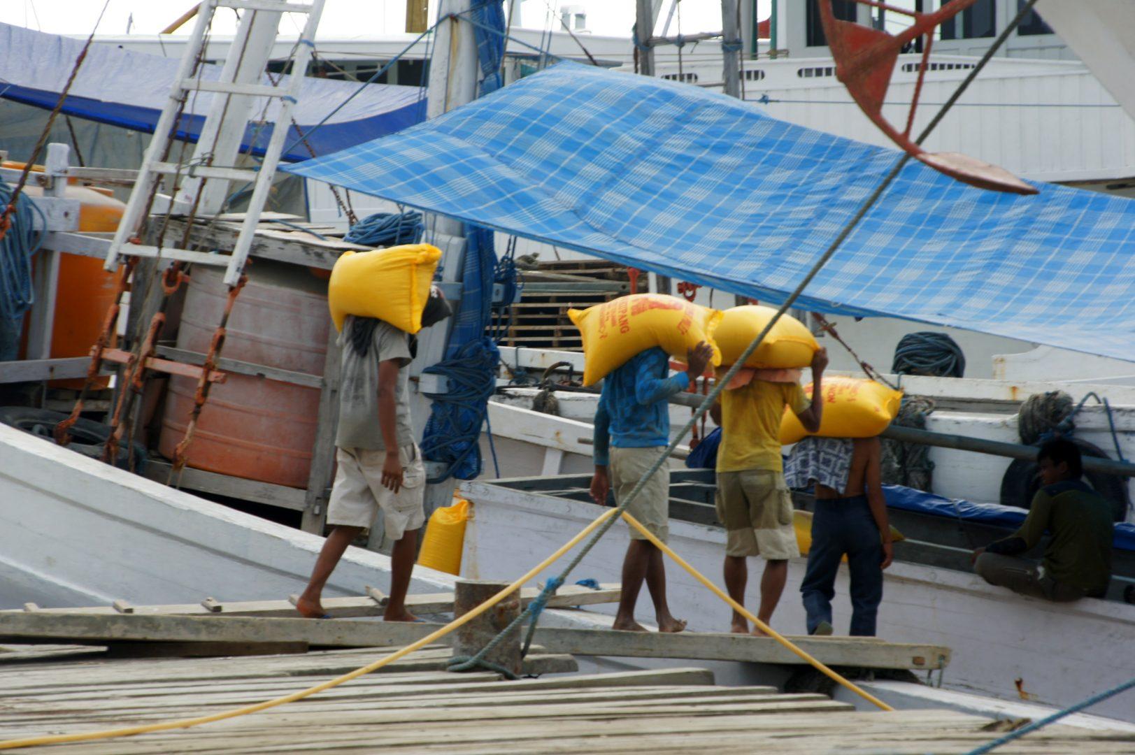 Embarquement marchandises sur bateaux Makassar Sulawesi