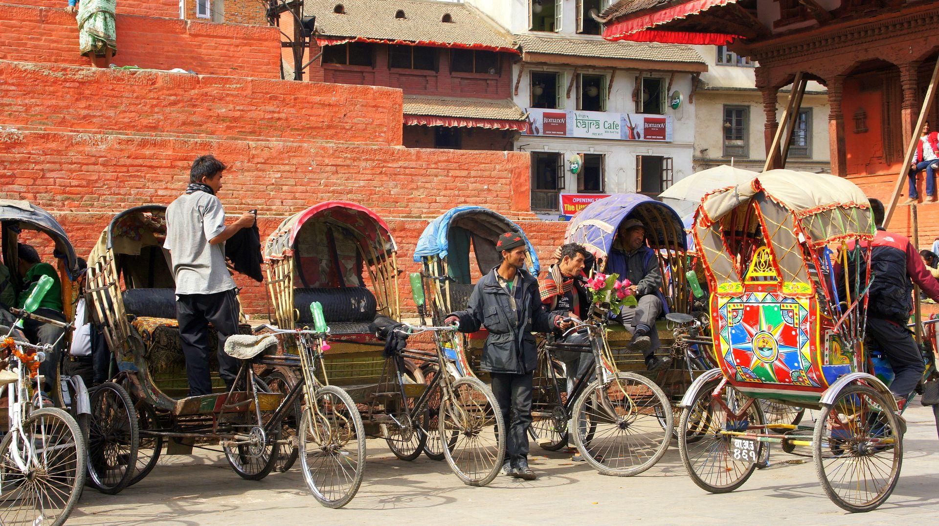 Chauffeurs de rickshaw en attente de clients sur place Durbar square Kathmandou Népal