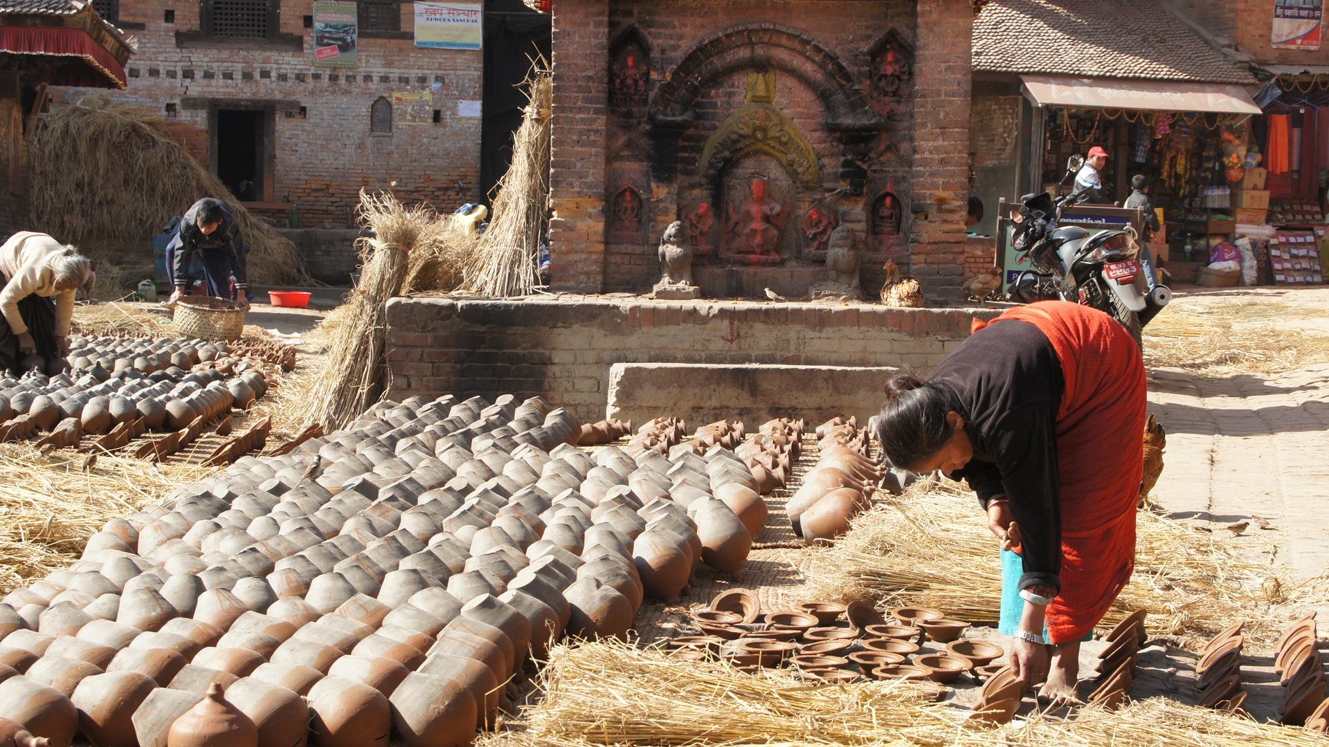 Femme au travail quartier des potiers Bhaktapur Nepal