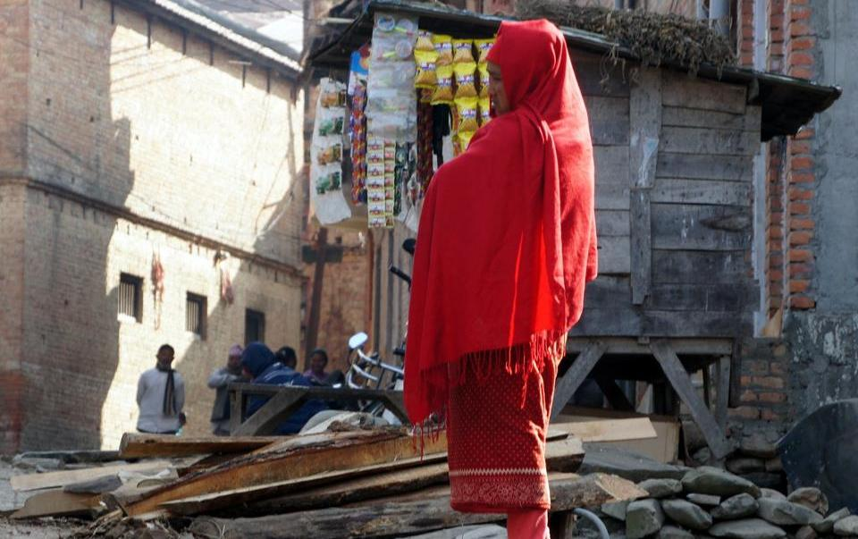 Femme dans la rue Khokana Nepal