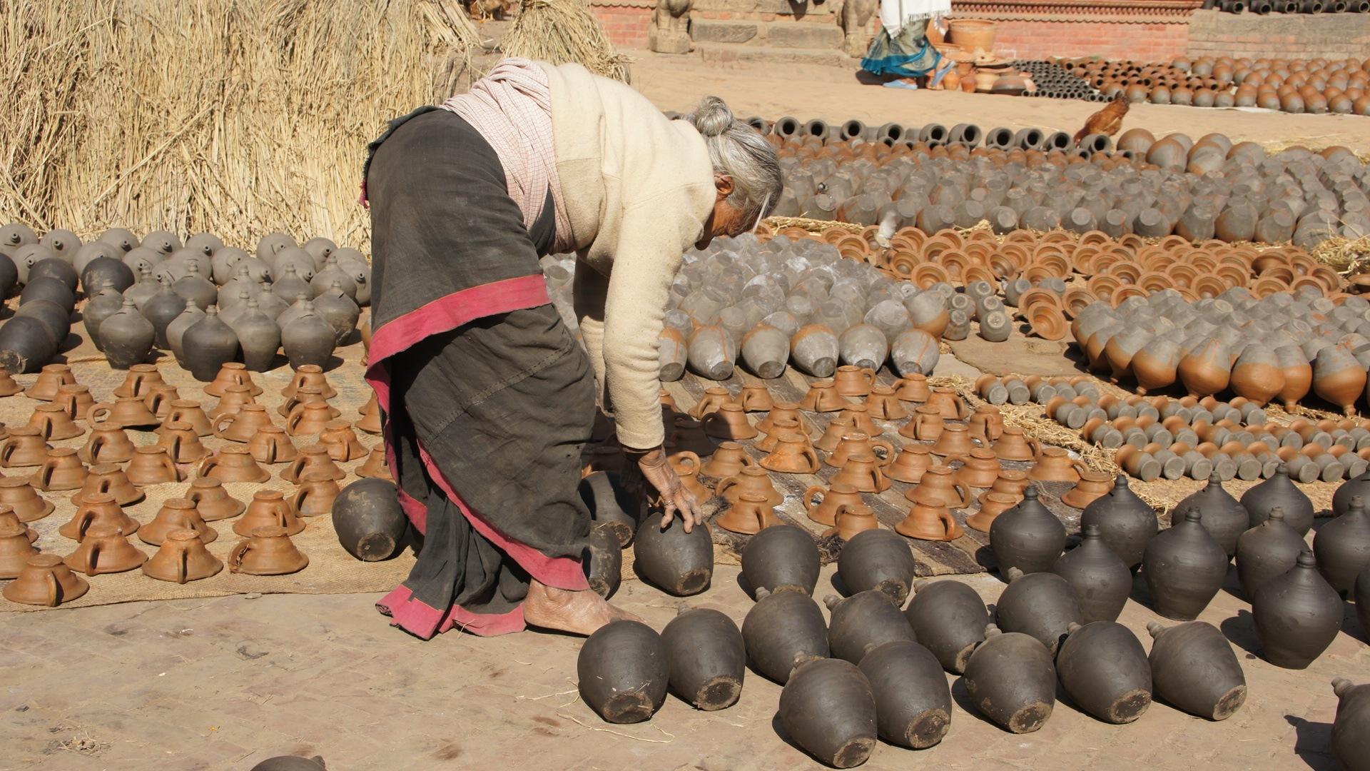 Femme qui tourne les pots Bhaktapur Nepal