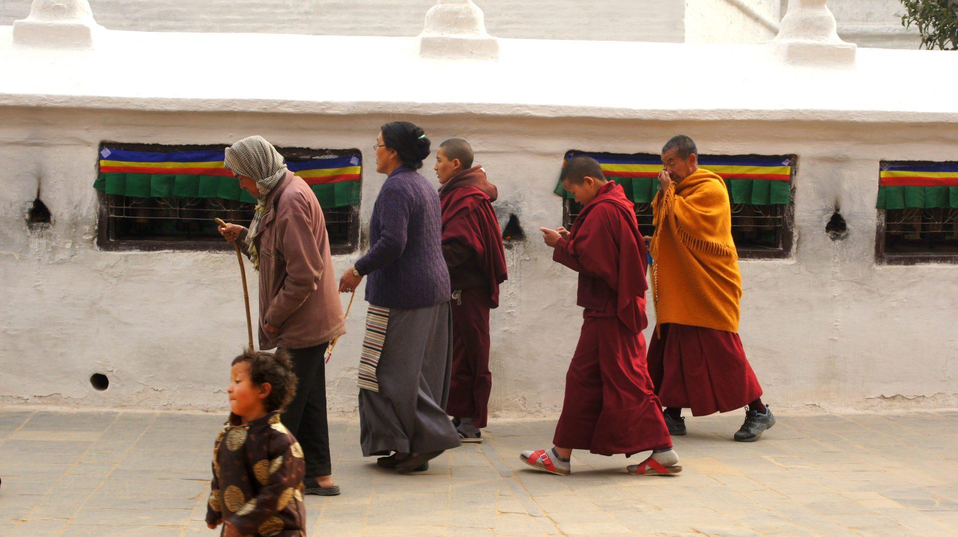 Fidèles autour stupa Bodnath Kathmandou Nepal