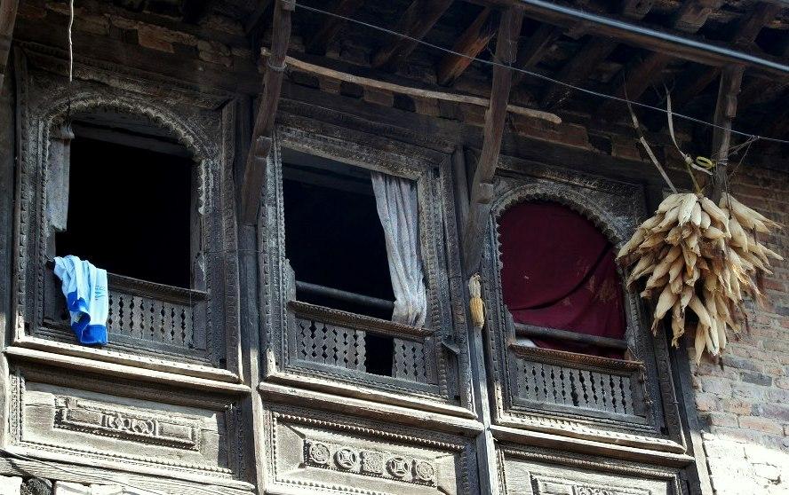 Maïs séchant aux fenêtres Khokana Nepal