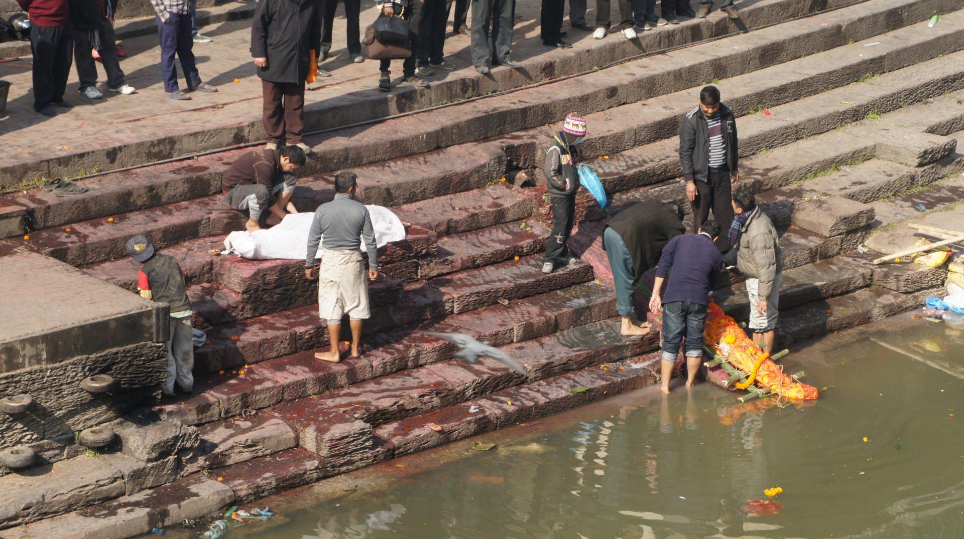 Mise à l'eau corps défunt ghât Pashupatinath Népal