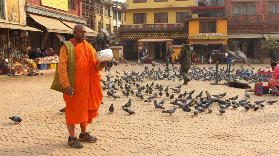 Moine avec bol aumônes Kathmandou Népal