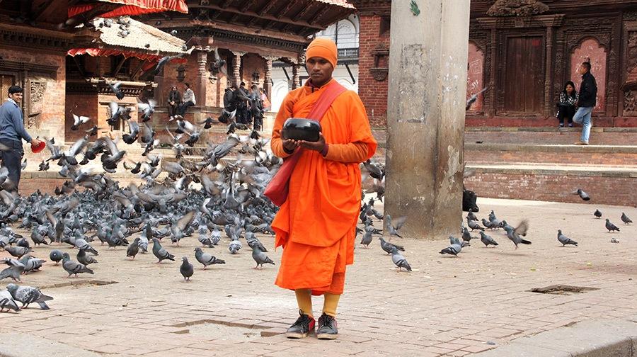 Moine et son bol d'aumône Durbar Square Kathmandou Népal