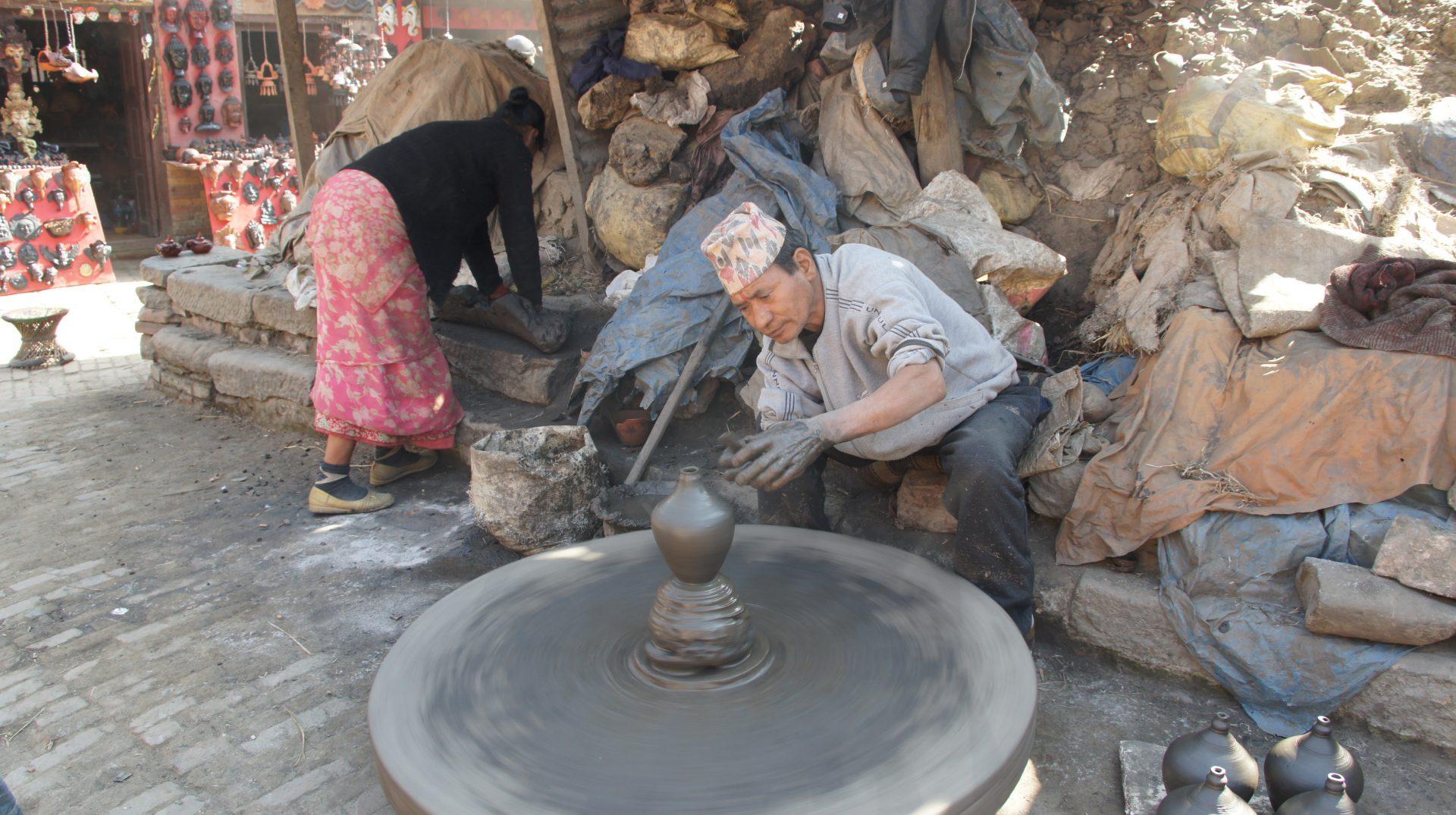 Potier devant son tour Bhaktapur Nepal
