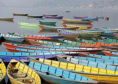 Barques colorées sur lac Pokkhara Népal