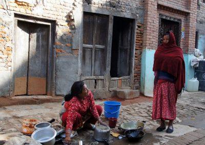 Vaisselle dans la rue à Khokana Népal