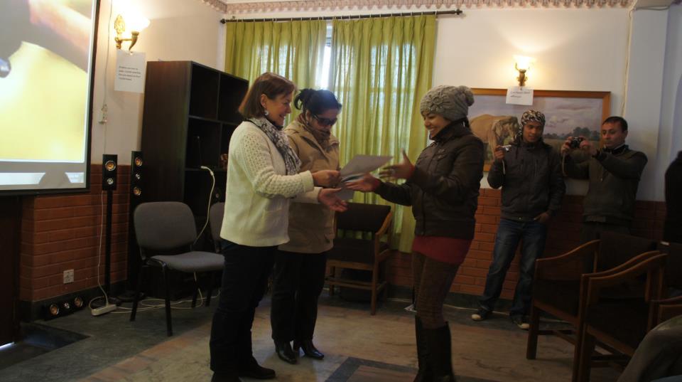 Elève remise diplome WCN Kathmandou Nepal