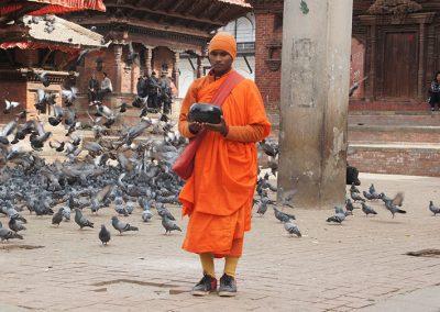 Moine avec bol à aumone Kathmandou Népal