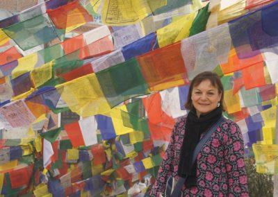 Devant drapeaux de prière Népal