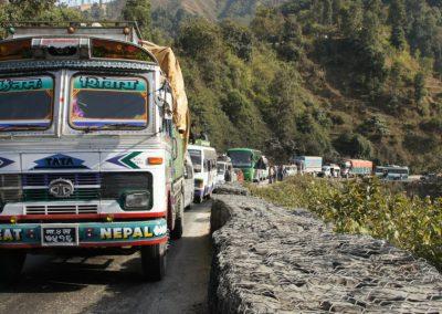 Embouteillage camions route Chitwan Népal