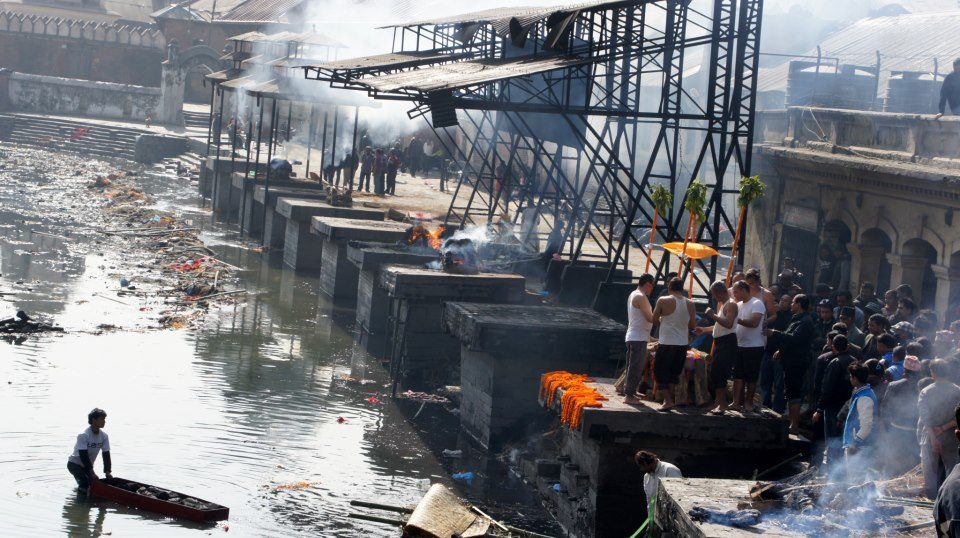 Incinération sur les ghâts Kathmandou Népal