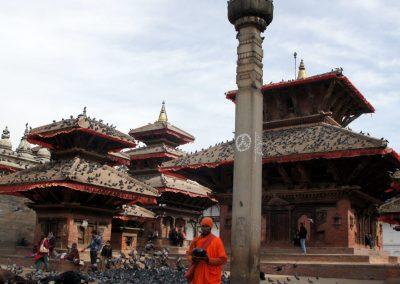 Moine attendant les aumônes Kathmandou Népal