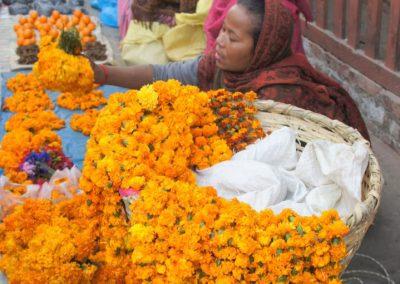 Vendeuse colliers marigold Kathmandou Népal