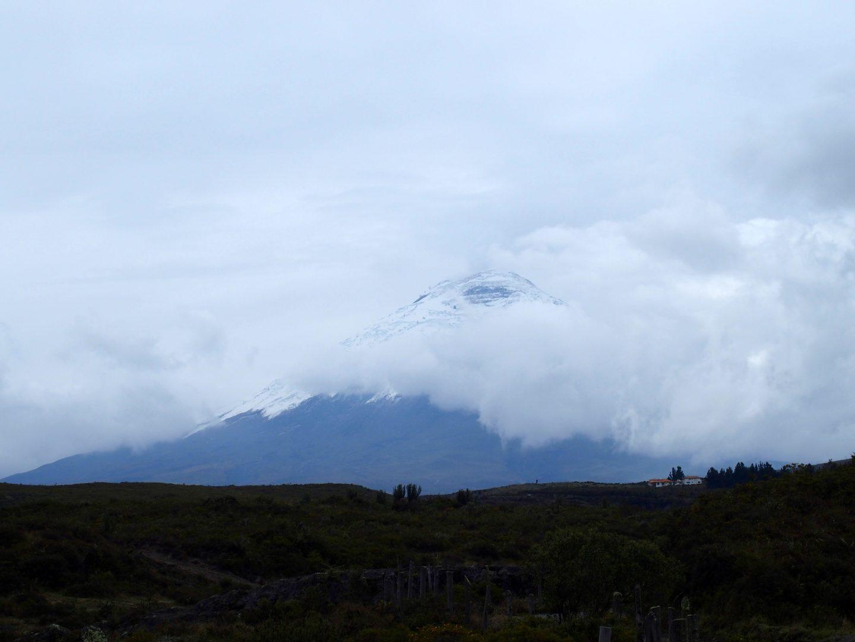 Cône enneigé du volcan Cotopaxi dans le brouillard Equateur