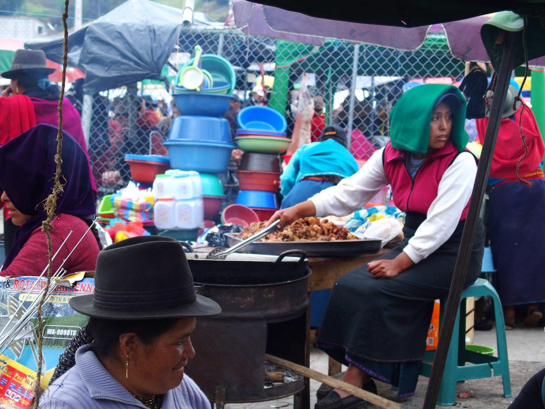 Cuisinière sur marché de Guamote Equateur