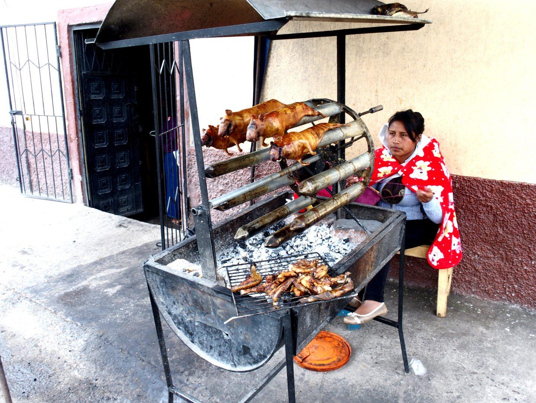 Cuisson de cuys marché de Guamote Equateur