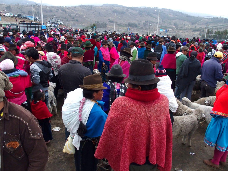 Foule colorée sur le marché de Guamote Equateur