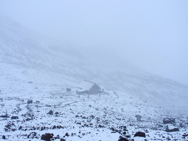 Refuge Whymper dans brouillard sur volcan Chimborazo Equateur