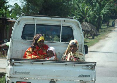Femme et enfants dans bus local Zanzibar