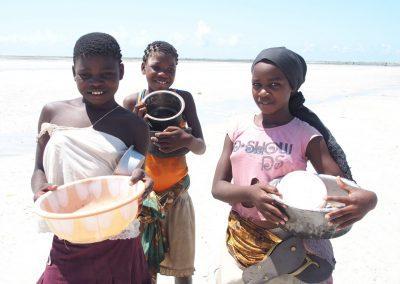 Fillettes - collecte de coquillages - Mozambique