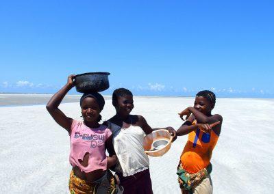 Jeunes filles plage Murrébué - Mozambique