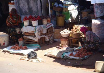 Petites vendeuses de légumes marché Dar es Salaam Tanzanie