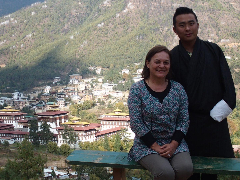 Avec Karma devant le dzong de Paro 11 jours au Bhoutan