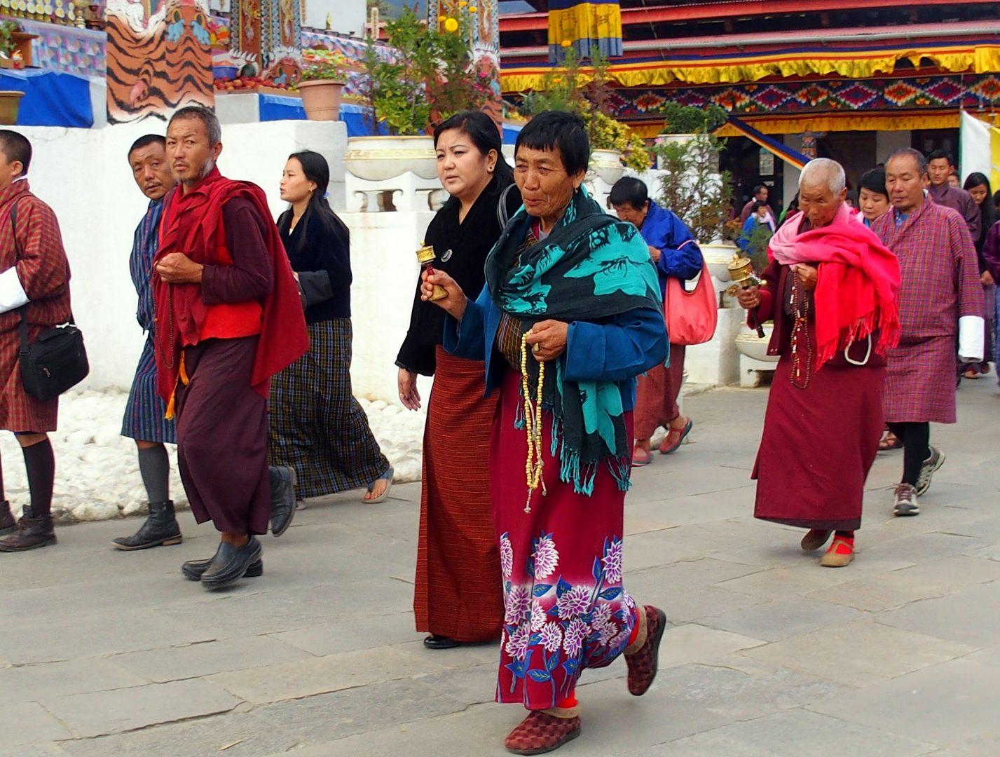 Circumambulation moulin prière et chapelet chorten Timphu Bhoutan
