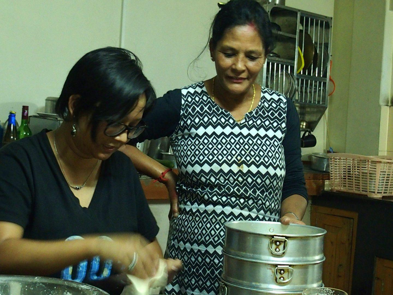 Cours de cuisine des momos avec Karishma et Bindu Kalimpong Inde