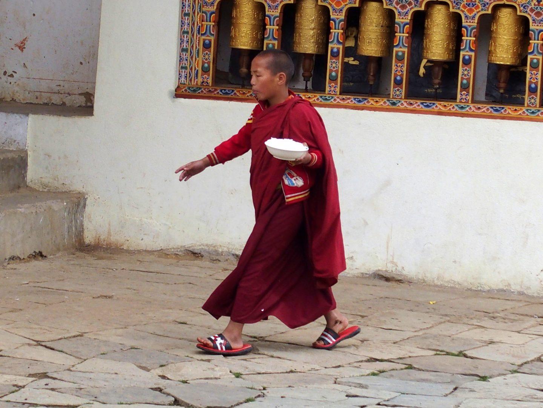 Moine avec assiette riz Gangtey Bhoutan