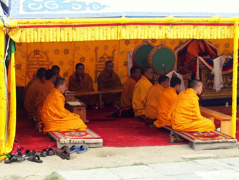 Moines en prière chorten de Timphu Bhoutan