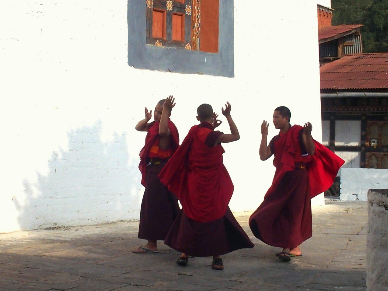 Moines en répétition danse Dzong Trongsa Bhoutan