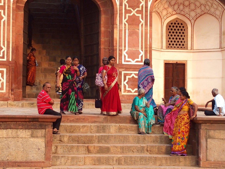 Pause dans le fort rouge Agra Inde