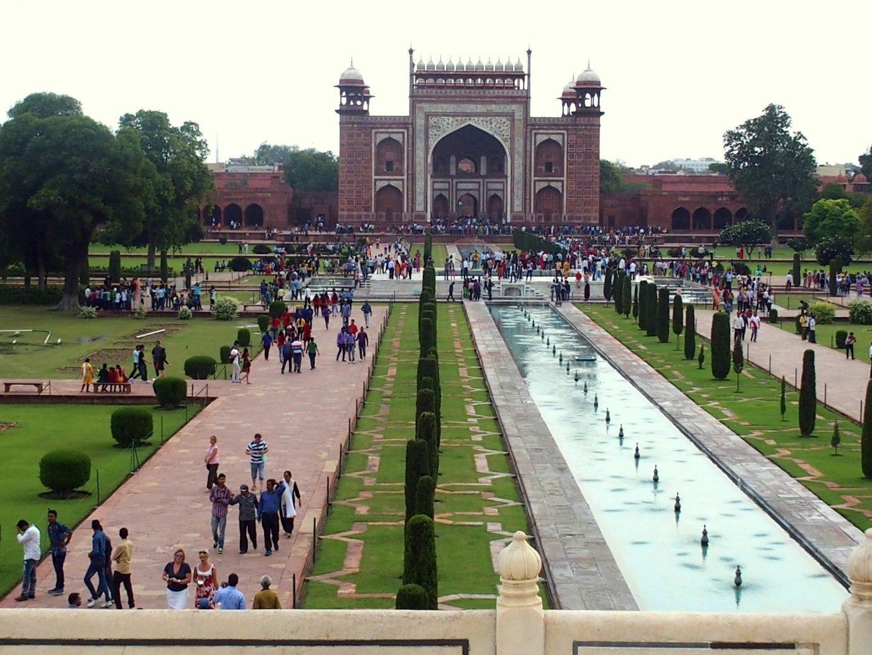 Porte d'entrée sud vue des jardins Taj Mahal Inde