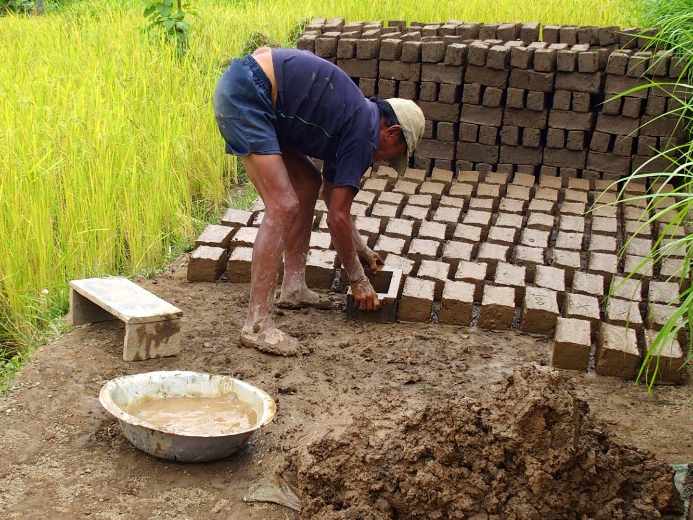 Séchage des briques Palighar Kalimpong Inde