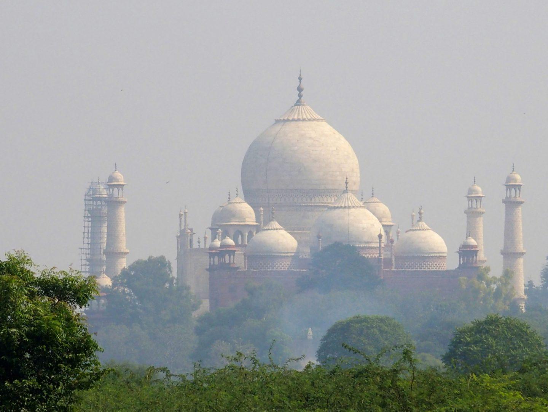 Taj Mahal dans nuage de pollution vue du Fort rouge d'Agra Inde