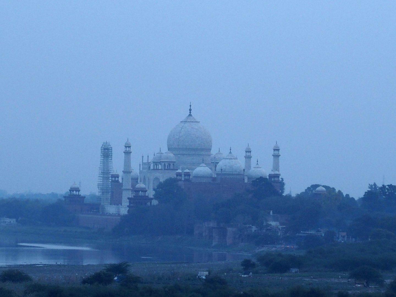 Taj Mahal dans nuage pollution vu du Fort rouge Agra Inde