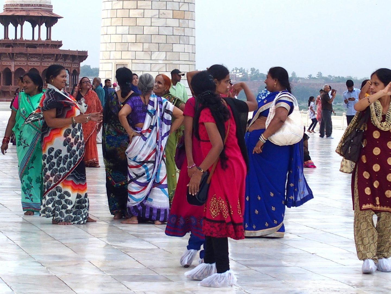 Visiteuses indiennes sur terrasse Taj Mahal Inde