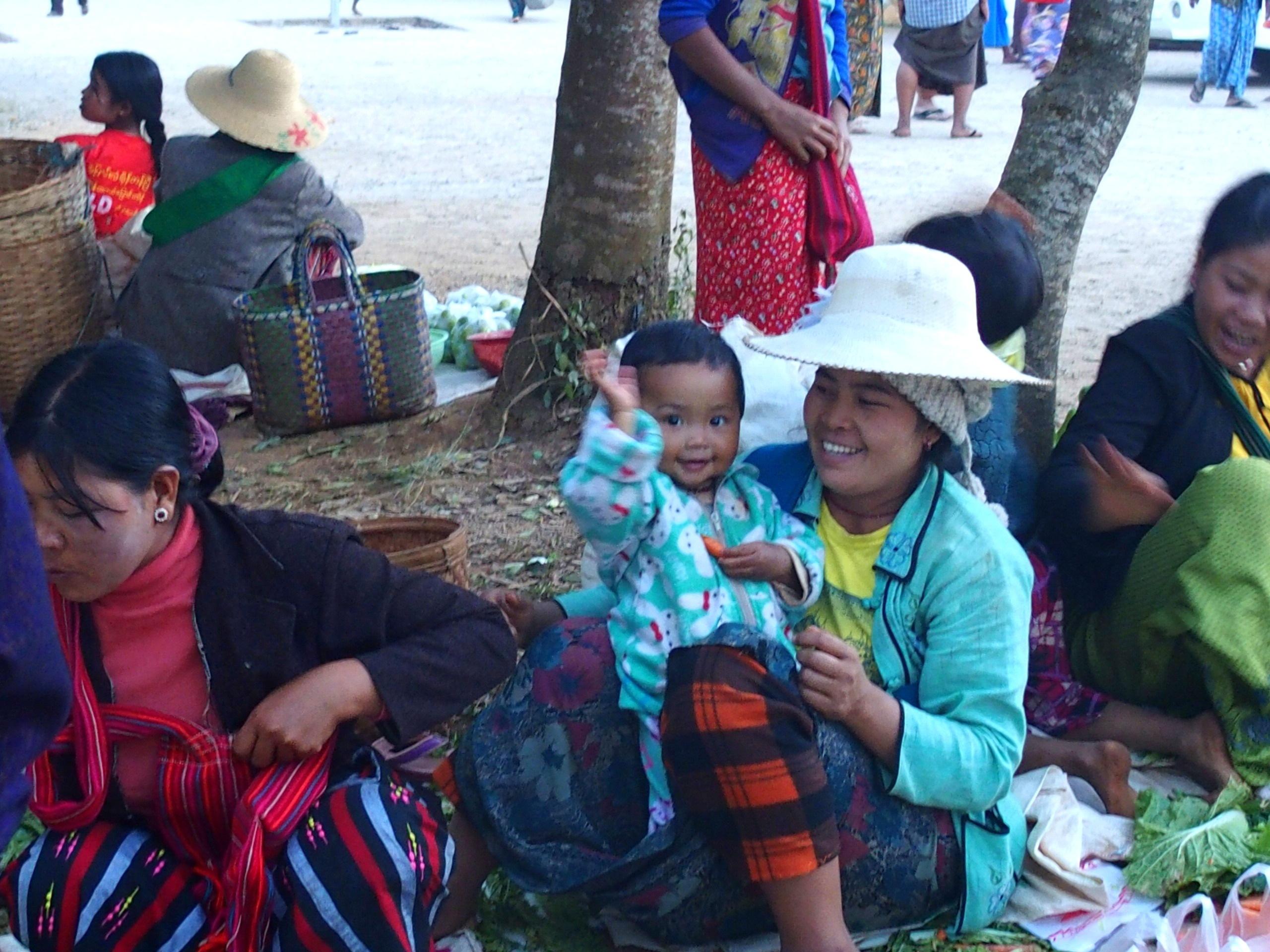 Ambiance familiale sur marché Bago Myanmar