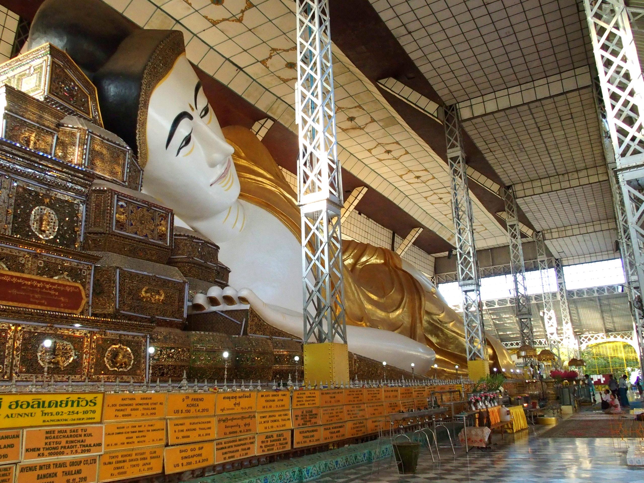 Bouddha-Shwethalyaung-couché-sous-hangar Bago Myanmar