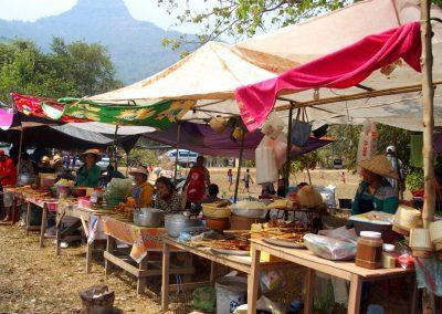 Brochettes poulet sur marché sud-Laos